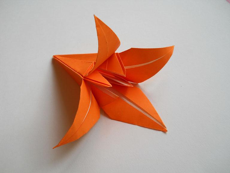 Как сделать розу из бумаги своими руками.  Видео!  Цветы из цветной бумаги - Схемы оригами.